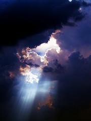 暗い空から光