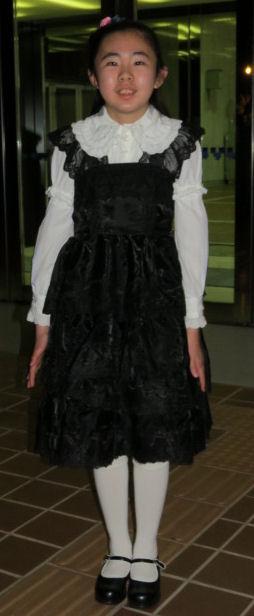 寒いから、ドレスにブラウス重ね着!