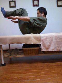 膝と上体を引き付けキープ