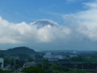 ようやく頭だけ出してくれた富士山