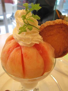 激うまの桃パフェ!