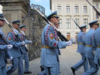 チェコ プラハ 交代式