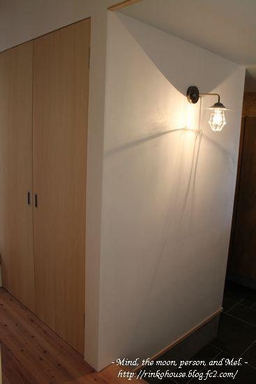 和室から見た玄関照明