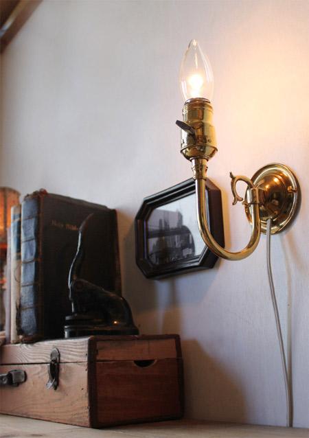 真鍮の光沢が美しい、ヴィンテージ真鍮製ウォールランプ。綺麗なアームが特徴です。