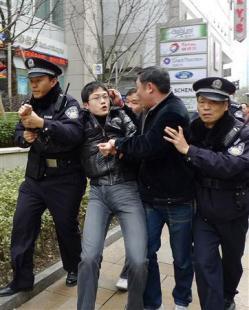 「中国に人権はない」 上海の繁華街が一時騒然
