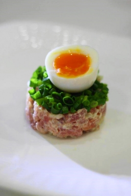 マグロのタルタル 半熟卵のっけ