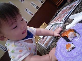 101011_沼津 魚がし鮨(いくら食べようとする)