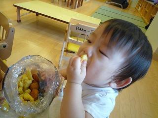 101014_つかみ食べ (3)
