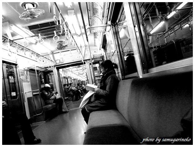 電車内(読書中)