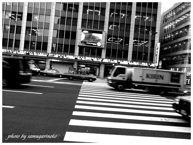 外堀通りを疾走する車たち