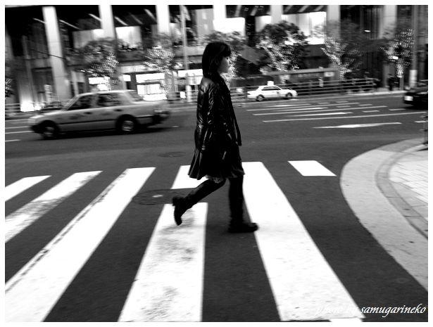 横断する女性