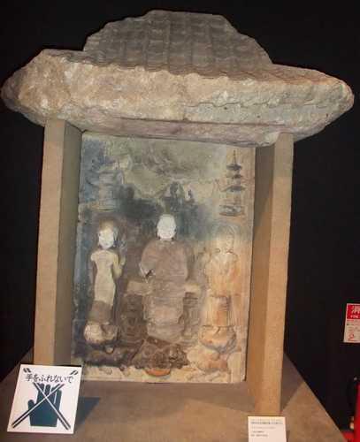 展示物(3)-浮彫如来及両脇倚像(古石仏)