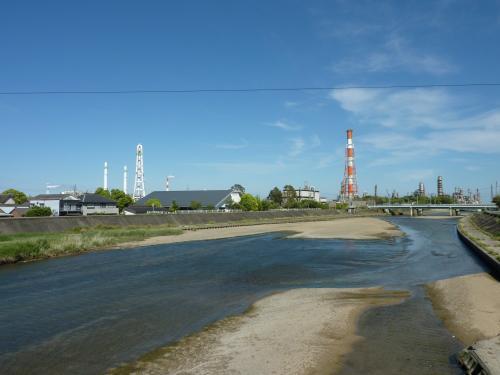 三滝川と工場の煙突