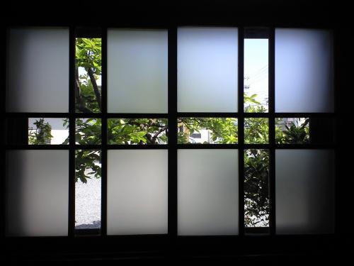 四日市教会の木枠の窓