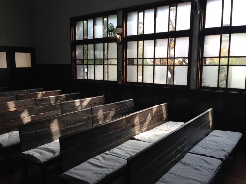 礼拝堂椅子と窓