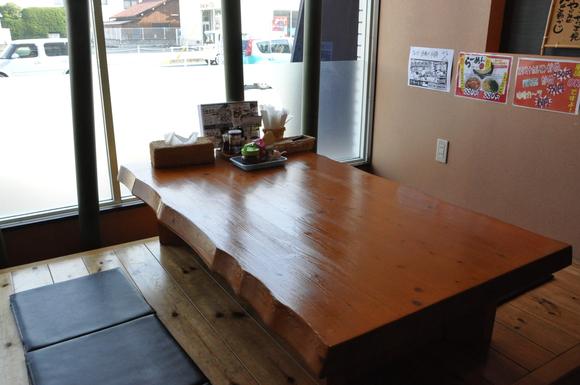 小上がりは6人×2テーブル すだれで仕切り
