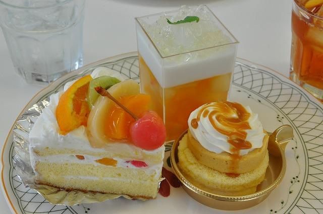 DSC_0102 一皿目 フルーツたっぷりショート 350円、ゼリー ?円、 キャラメルムース300円