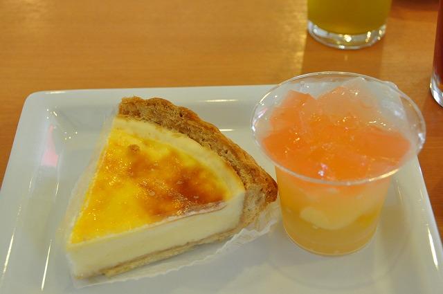 DSC_0227 一皿目 北海道なめらかチーズケーキ 320円、 虹色フルーツゼリー(白桃) 320円