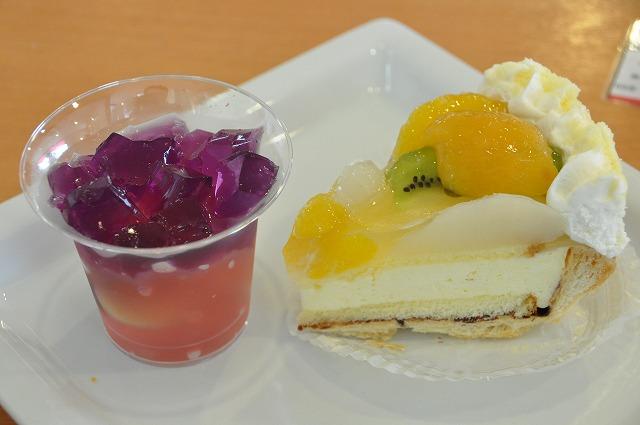DSC_0232 二皿目 虹色フルーツゼリー(ぶどう) 320円、 たっぷりフルーツパイ(びわ) 340円