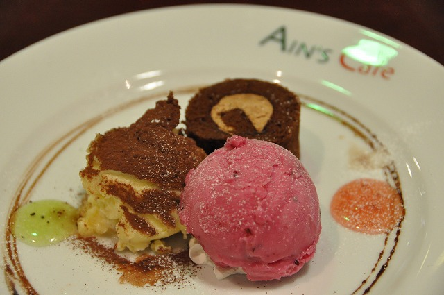 DSC_1435 二皿目 シェフ自己流ティラミス、チョコレートのロールケーキ、カシスシャーベット