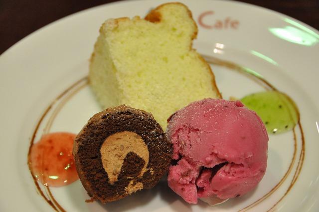 DSC_1441 四皿目 シェフの自己流ティラミス、チョコレートのロールケーキ、カシスシャーベット