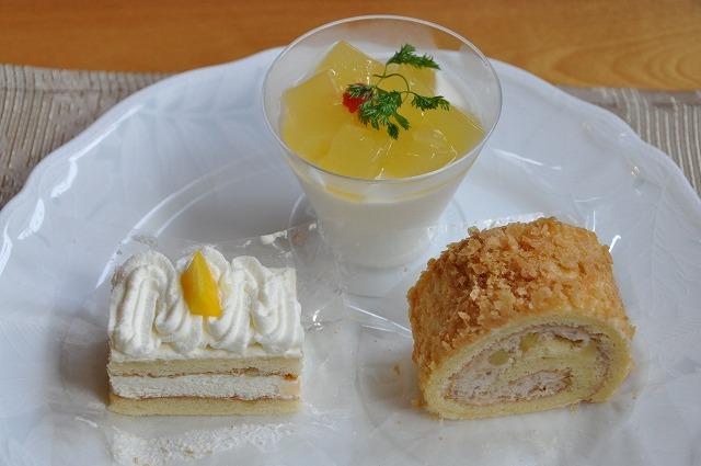 DSC_1681 二皿目 桃のショートケーキ、トロピカル、栗ロール