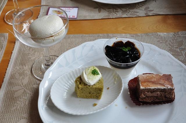 DSC_1695 アイスマカロンと四皿目 抹茶シフォン、パンナコッタ、チョコレートケーキ