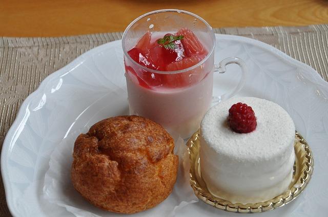 DSC_1710 七皿目 シュークリーム。ピングレと苺のムース?、レアチーズ