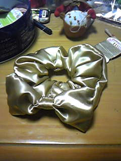 旦那作・リボン付ゴールドサテンシュシュ。バレンタインにとあるマドモワゼルへ。