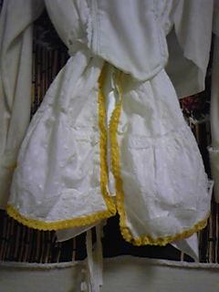 旦那作・嫁コスプレ衣装。裾に黄色レースを縫い付けました。