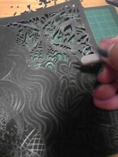 切り絵作業過程。カッターマットの上でこまかく切り進めます。