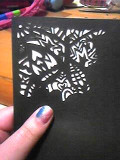 できてるかな?と白い紙を裏に敷いて確認。蝶々ができました。