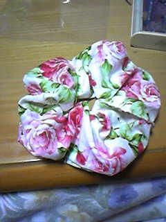 旦那作・花柄大きめシュシュ。裁断を工夫して大きい花の部分だけを使いました。