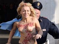 「クリスマスは中止!」FEMENのリーダーがバチカンでトップレスデモ