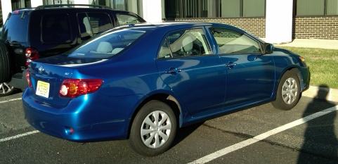レンタカーの青カローラ