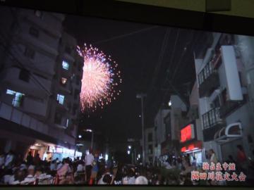隅田川テレビ・ビルの隙間から花火 16-5589_幅350