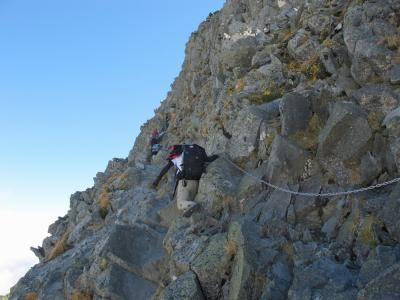 岩の斜面を上る