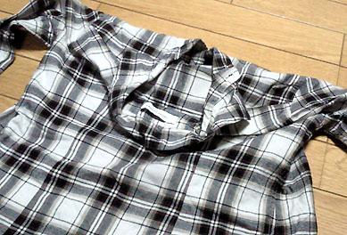 シャツの襟部分を外に折る