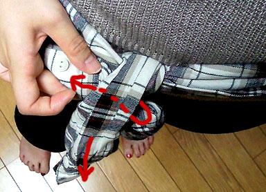 リボン結びをする要領で、片腕をまとめる