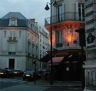 パリの夕暮れレストランに灯が入るdownsize