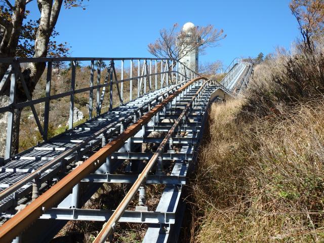 高城山レーダ雨量観測所の管理用モノレール