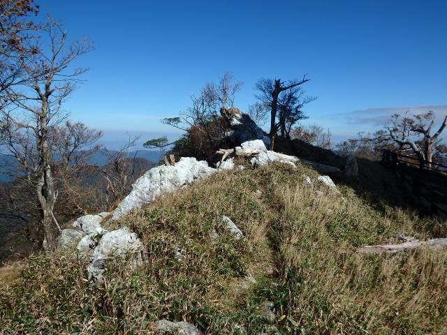高城山の山頂の石