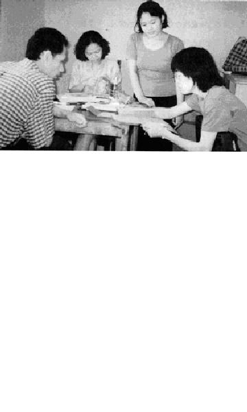 インドネシア中部ジャワ州アンバラワにあるワルンラナン市場内にある マイクロクレジットの事務所で、融資の相談をする3人のスタッフと筆者