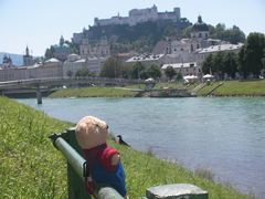 ホーエンザルツブルグ城と川