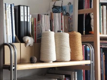 オレンジと生成りの糸