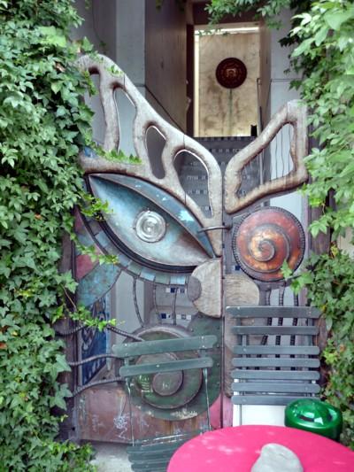 猫喫茶の横の門