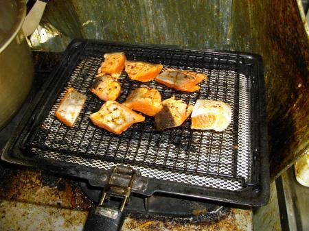 粕汁 鮭焼いてます