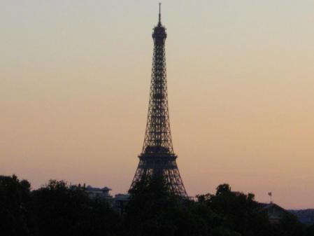 夕暮れのエッフェル塔