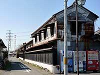 田中酒店の蔵のある角の道と妙厳寺山門