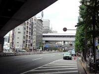 JRガード下からのゆりかもめ新橋駅